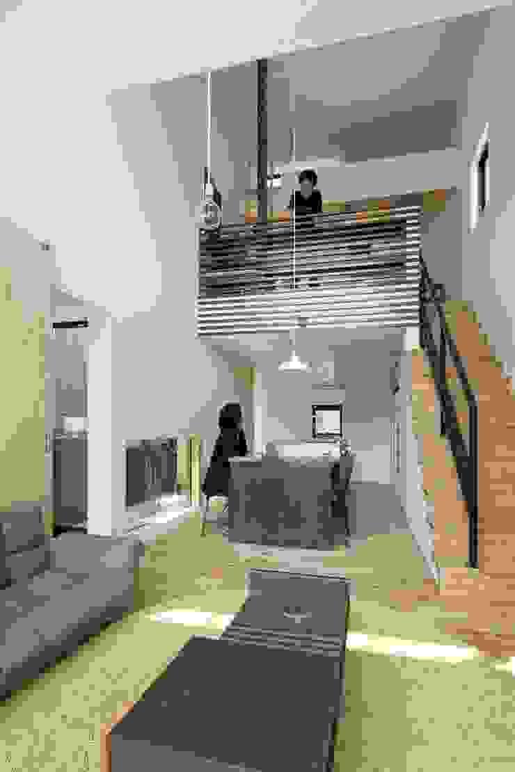 小さな中庭と大きな縁側 山本嘉寛建築設計事務所 YYAA モダンデザインの リビング 木 木目調