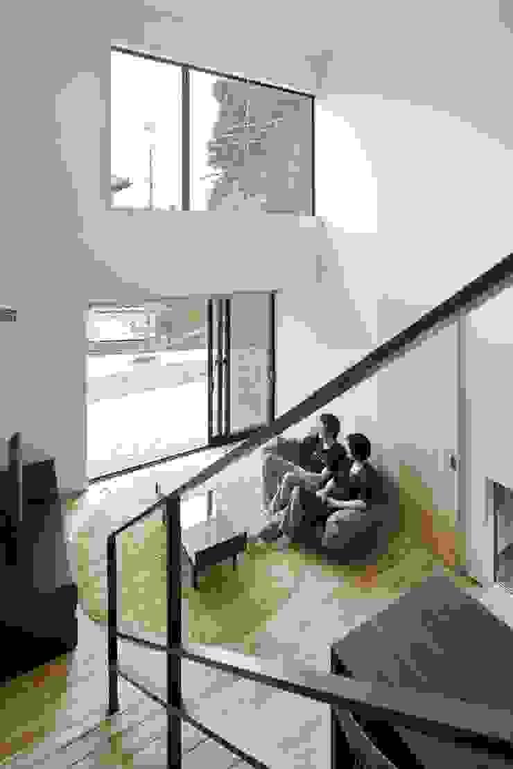 小さな中庭と大きな縁側 山本嘉寛建築設計事務所 YYAA モダンデザインの リビング 木 ブラウン