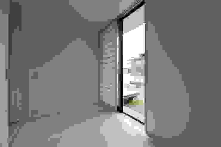 小さな中庭と大きな縁側 山本嘉寛建築設計事務所 YYAA モダンデザインの 多目的室 無垢材 白色