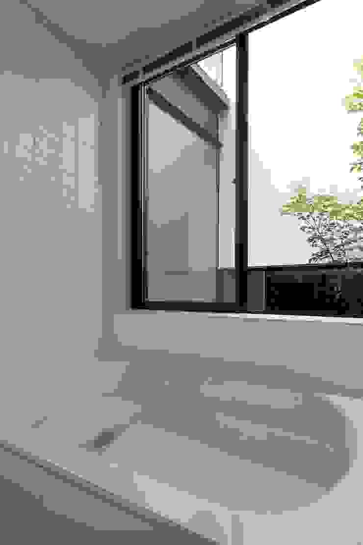 小さな中庭と大きな縁側 山本嘉寛建築設計事務所 YYAA モダンスタイルの お風呂 タイル 白色