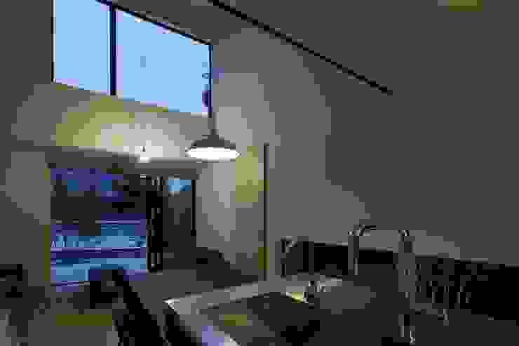 小さな中庭と大きな縁側 山本嘉寛建築設計事務所 YYAA モダンデザインの リビング 木 白色