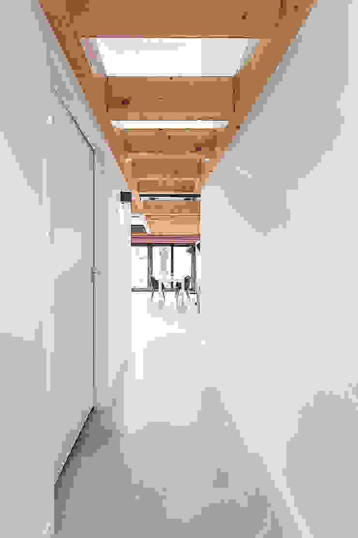 House Overveen Moderne gangen, hallen & trappenhuizen van Bloot Architecture Modern Beton