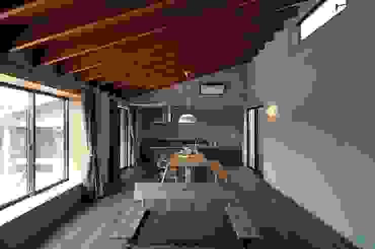 リビングダイニング ツジデザイン一級建築士事務所 オリジナルデザインの リビング 木 木目調
