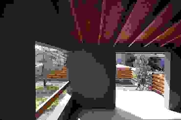 半屋外のフリースペース ツジデザイン一級建築士事務所 アプローチ 灰色
