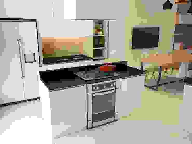 Không gian bếp của ngôi nhà 4 tầng hiện đại. bởi Công ty TNHH TK XD Song Phát Châu Á Đồng / Đồng / Đồng thau