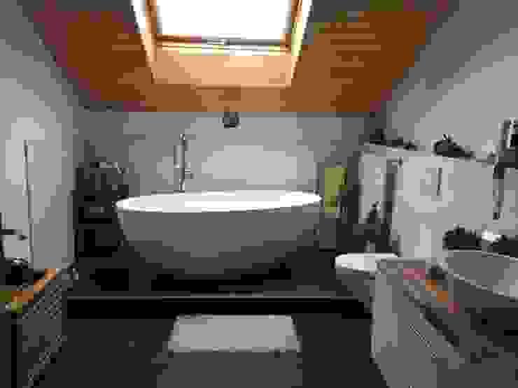 Baños de estilo moderno de Maxxwell AG Moderno Madera Acabado en madera