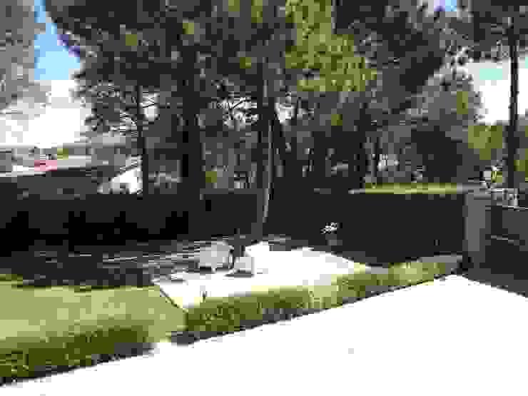 Cemento impreso Almudena Madrid Interiorismo, diseño y decoración de interiores Jardines de estilo moderno Hormigón Gris