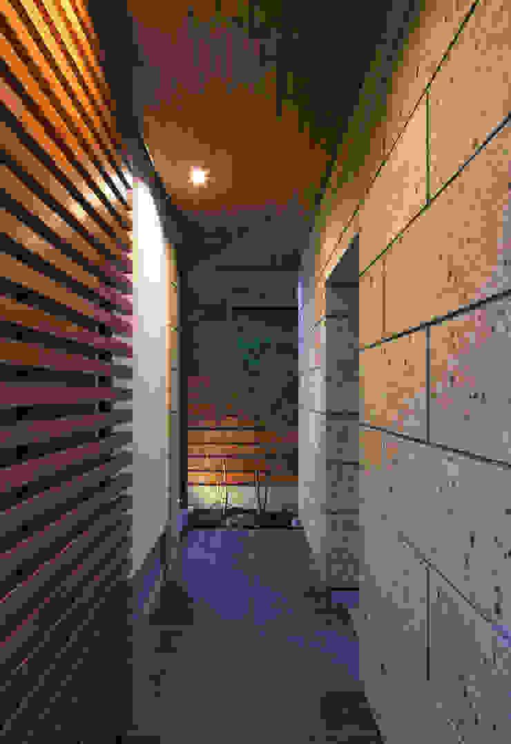 Modern Houses by かんばら設計室 Modern Stone