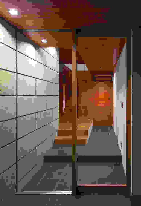 Modern Corridor, Hallway and Staircase by かんばら設計室 Modern Stone