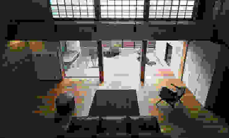 Modern Living Room by かんばら設計室 Modern Stone