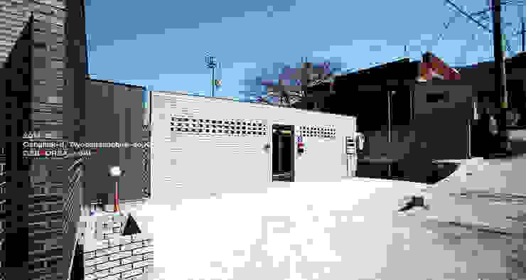 주출입구 모습 모던스타일 주택 by 이이케이 건축사사무소 모던 벽돌