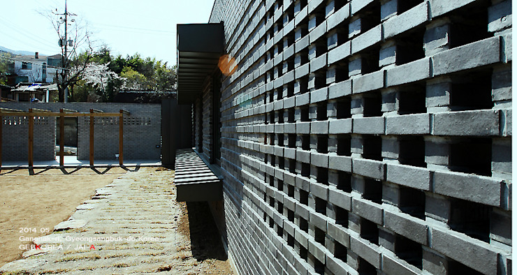 외벽 패턴 모던스타일 주택 by 이이케이 건축사사무소 모던 벽돌
