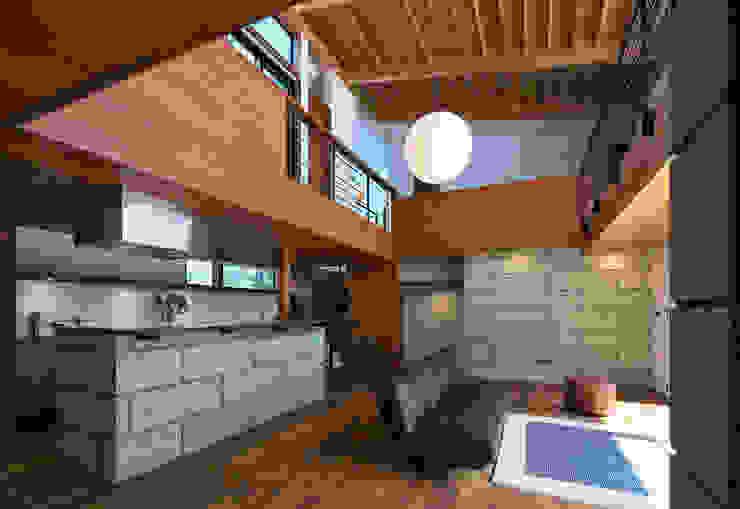 Salas / recibidores de estilo  por かんばら設計室, Moderno Piedra