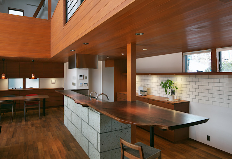 Modern Kitchen by かんばら設計室 Modern Solid Wood Multicolored