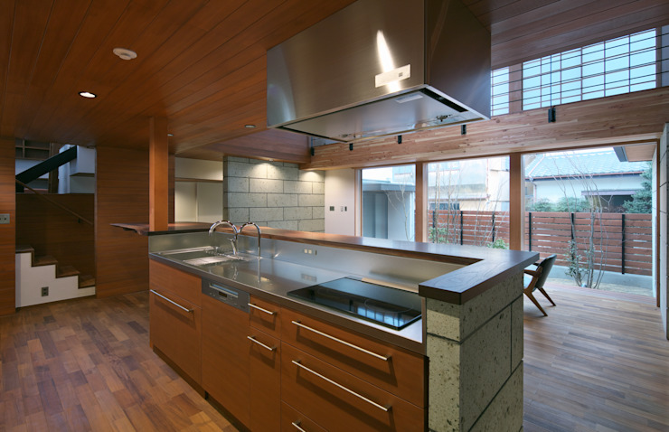 Modern Kitchen by かんばら設計室 Modern Stone