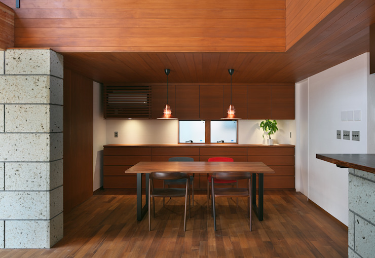 Modern Dining Room by かんばら設計室 Modern Solid Wood Multicolored