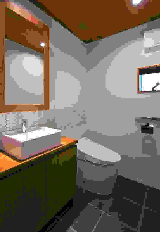 Modern Bathroom by かんばら設計室 Modern Tiles