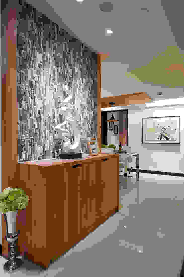 客廳通往餐廳的走道處 根據 雅和室內設計 現代風