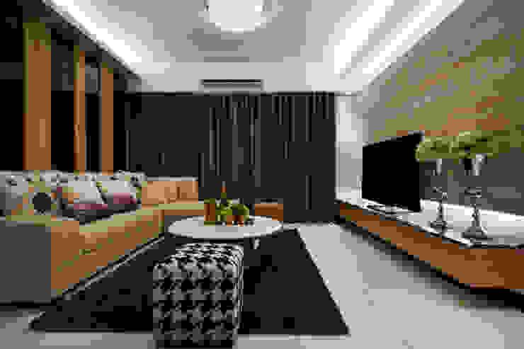 搭配天花水晶燈與沙發後方實木與黑色烤漆玻璃相間的牆面 根據 雅和室內設計 現代風