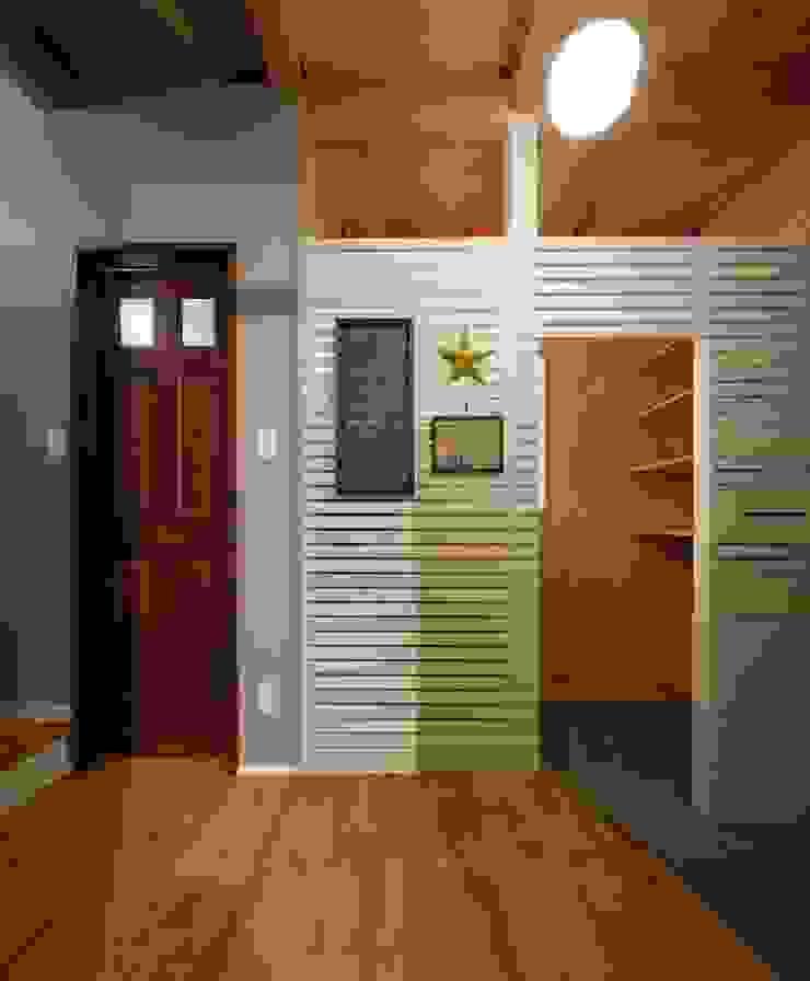 Rustic style corridor, hallway & stairs by dwarf Rustic