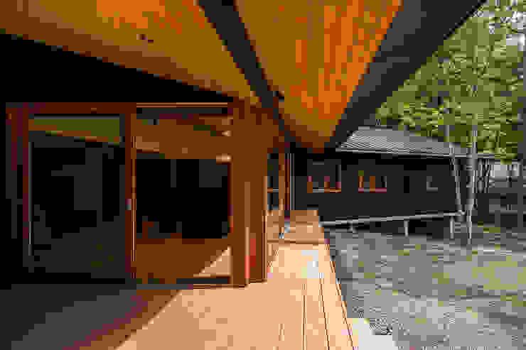 テラスからリビングを見る オリジナルデザインの テラス の アトリエ慶野正司 ATELIER KEINO SHOJI ARCHITECTS オリジナル 木 木目調