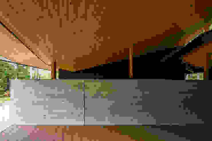 杉板の表情のコンクリート オリジナルデザインの テラス の アトリエ慶野正司 ATELIER KEINO SHOJI ARCHITECTS オリジナル コンクリート