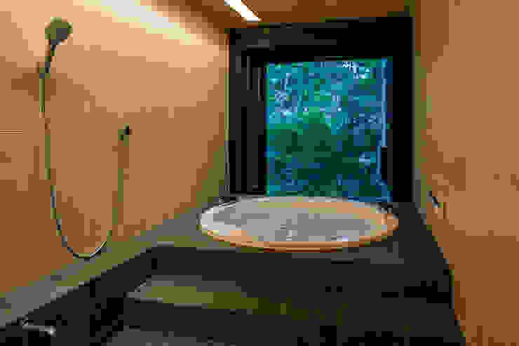 緑につながる浴室: アトリエ慶野正司 ATELIER KEINO SHOJI ARCHITECTSが手掛けた浴室です。,