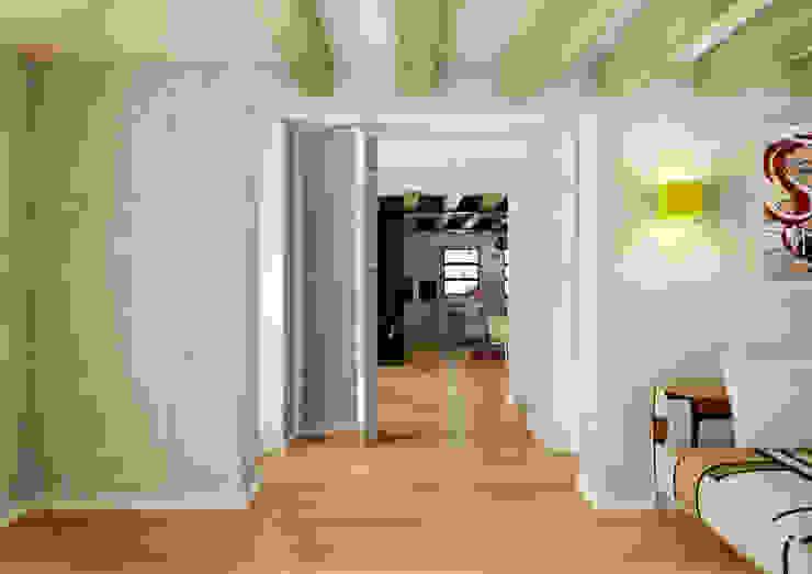 Pasillos, vestíbulos y escaleras de estilo moderno de 2mgdesignsolution Moderno