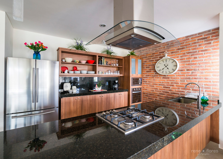 Classic style kitchen by René Flores Photography Classic