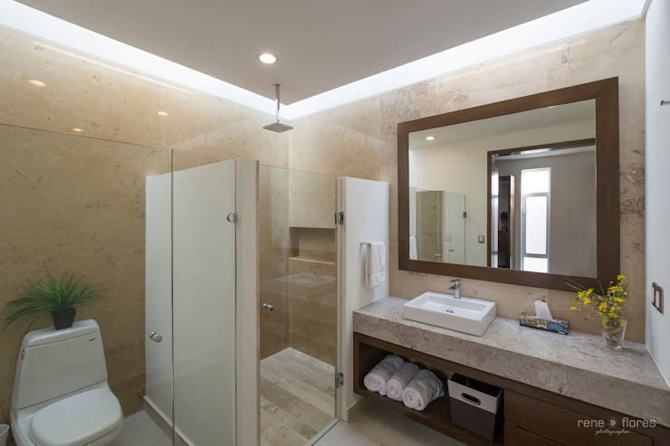 Classic style bathroom by René Flores Photography Classic