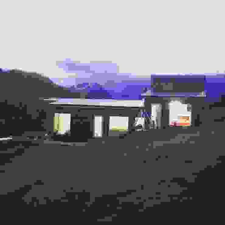 Fachada Oriente de casa rural - Arquitectos en Coyhaique Rural Piedra
