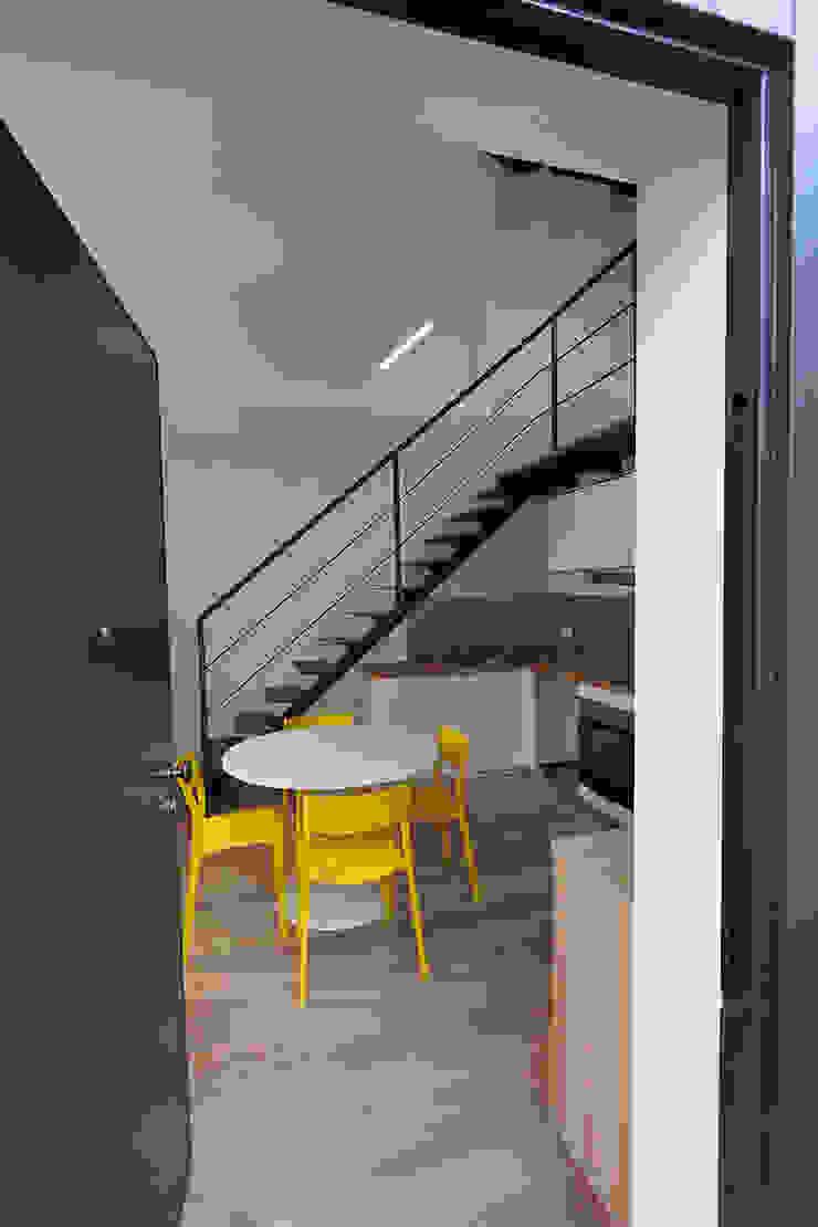 Pasillos, vestíbulos y escaleras modernos de Laura Galli Architetto Moderno