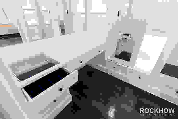งานออกแบบตกแต่งบ้านเดียว 2ชั้น: ผสมผสาน  โดย Rockhow Studio Design, ผสมผสาน
