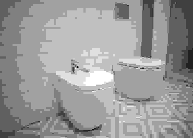 Azulejos blancos Baños de estilo moderno de Grupo Inventia Moderno Azulejos