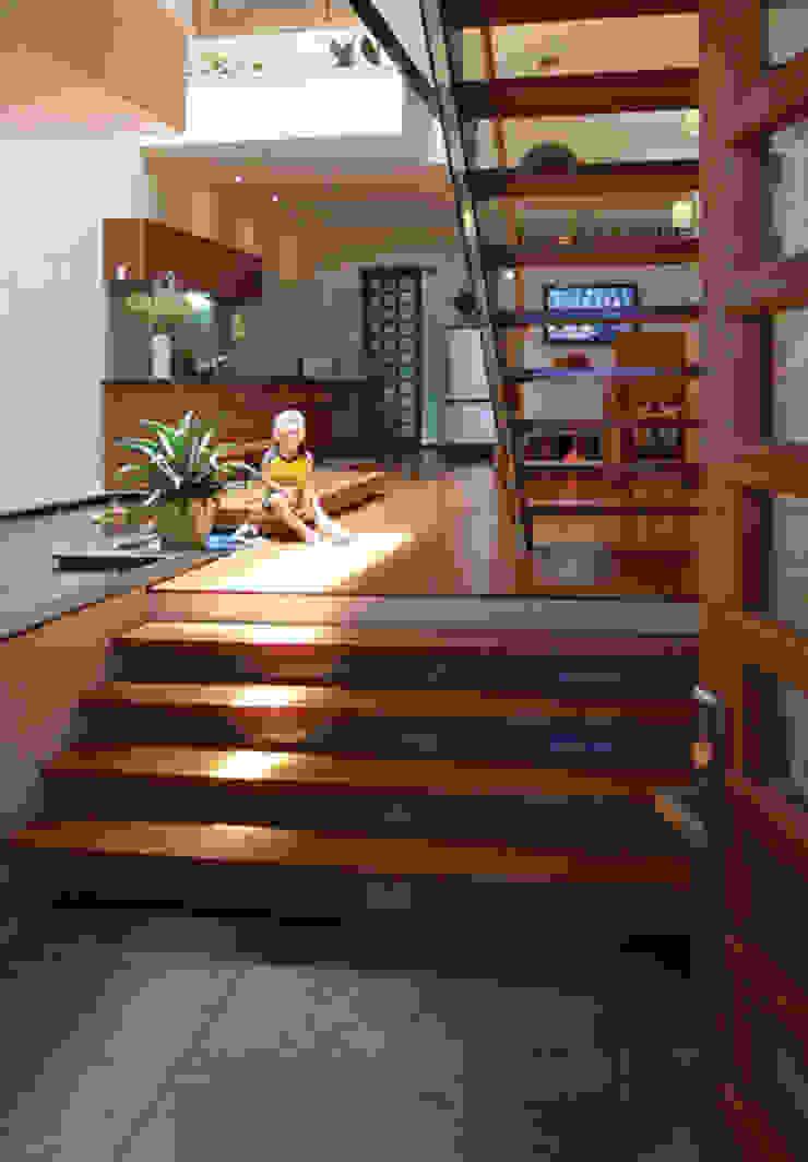 Giếng trời giữa nhà giúp ánh sáng có thể chiếc tới các phòng. Hành lang, sảnh & cầu thang phong cách châu Á bởi Công ty TNHH TK XD Song Phát Châu Á Đồng / Đồng / Đồng thau