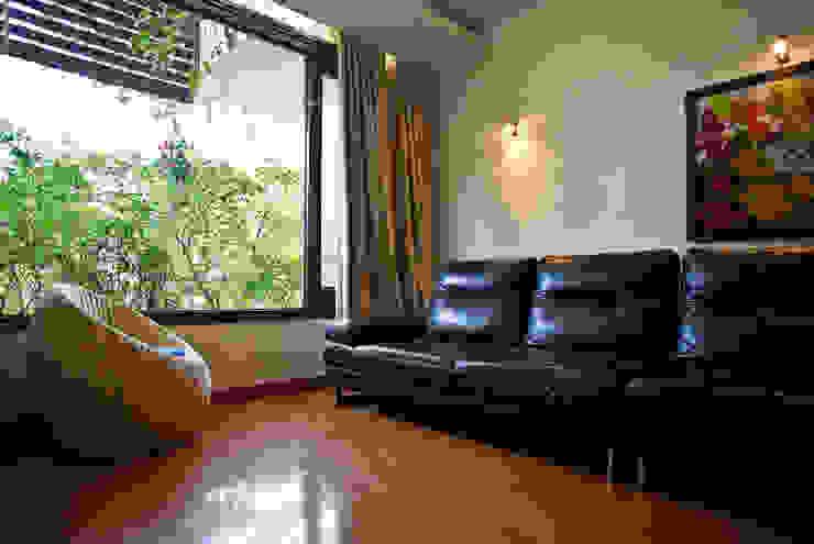 Phòng sinh hoạt chung mở ra một khu vườn nhỏ. Phòng khách phong cách châu Á bởi Công ty TNHH TK XD Song Phát Châu Á Đồng / Đồng / Đồng thau