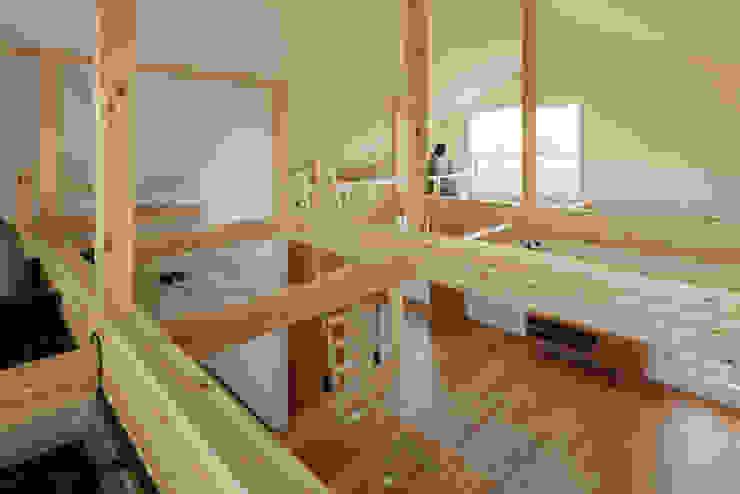 House_S おおらかな屋根裏空間をもつ家 ヨネタエミ建築スタジオ モダンデザインの リビング