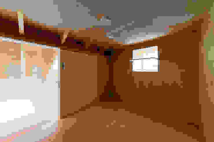 Modern dressing room by アトリエハコ建築設計事務所/atelier HAKO architects Modern