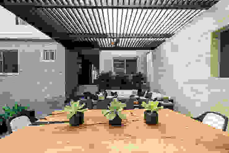 Terraza SOL Balcones y terrazas modernos de VOA Arquitectos Moderno Madera Acabado en madera