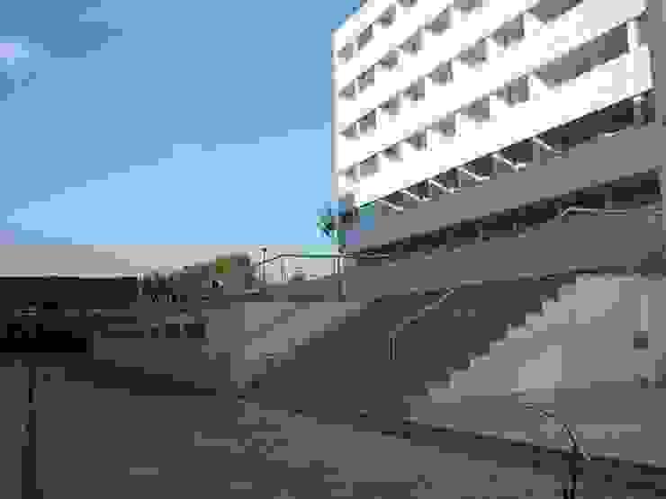 Edifícios de apartamentos e lojas - Vista do espaço público Casas modernas por José Melo Ferreira, Arquitecto Moderno