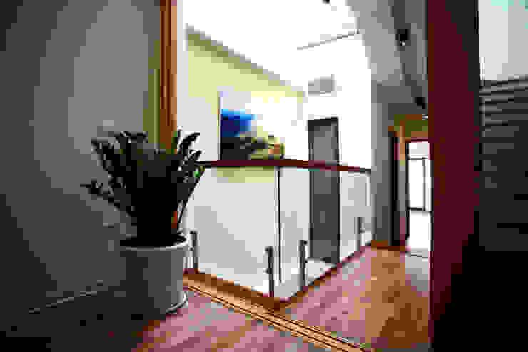 Ngôi Nhà 4 Tầng 45m2 Thông Thoáng Nhờ Thiết Kế Giếng Trời Thông Minh Hành lang, sảnh & cầu thang phong cách hiện đại bởi Công ty TNHH Xây Dựng TM – DV Song Phát Hiện đại