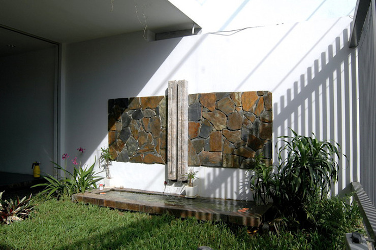 KTS đã thiết kế một khoảng lùi nhỏ tạo sự thông thoáng và tầm nhìn cho mặt tiền ngôi nhà. Hiên, sân thượng phong cách châu Á bởi Công ty TNHH TK XD Song Phát Châu Á Đồng / Đồng / Đồng thau