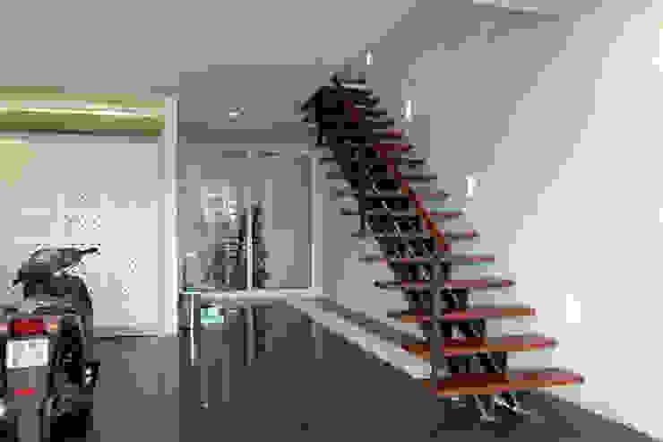 Tầng 1 dành làm chỗ để xe và phòng của người giúp việc phía sau nhà. bởi Công ty TNHH TK XD Song Phát Châu Á Đồng / Đồng / Đồng thau