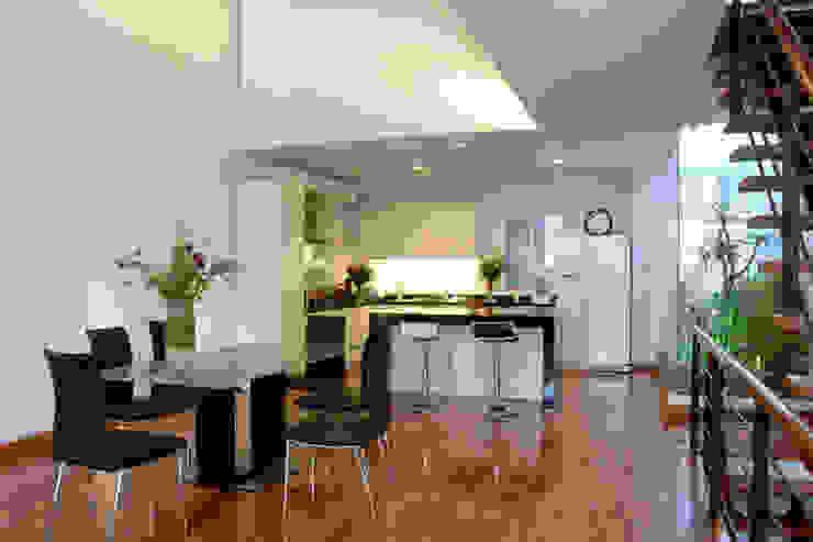 Gam màu trắng – đen tối giản trong bài trí nội thất cho phòng bếp. Phòng ăn phong cách châu Á bởi Công ty TNHH TK XD Song Phát Châu Á Đồng / Đồng / Đồng thau