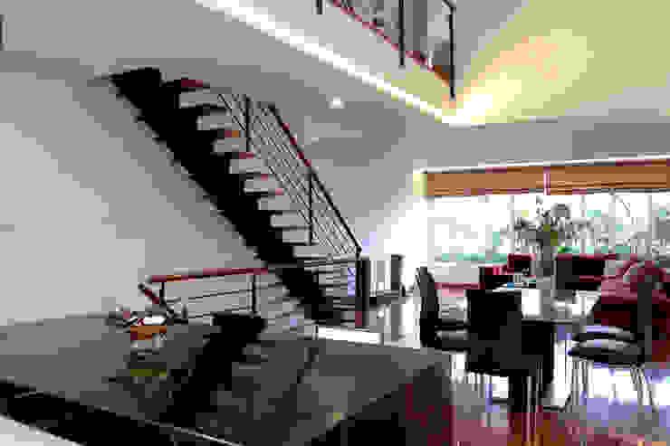 Cầu thang là sự kết hợp khéo léo giữa vật liệu thép và gỗ. bởi Công ty TNHH TK XD Song Phát Châu Á Đồng / Đồng / Đồng thau