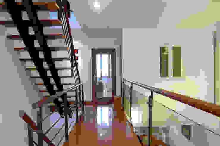 Sự nhẹ nhàng của thiên nhiên và điểm nhấn hình khối tạo ấn tượng cho ngôi nhà. Hành lang, sảnh & cầu thang phong cách châu Á bởi Công ty TNHH TK XD Song Phát Châu Á Đồng / Đồng / Đồng thau
