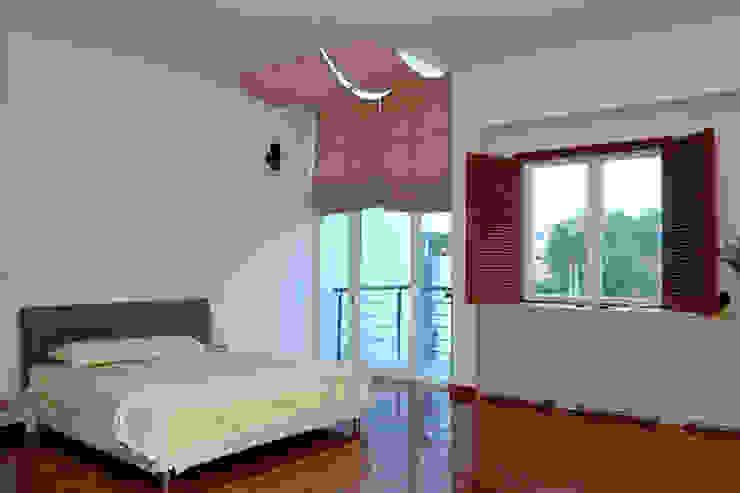 Ánh sáng được điều tiết qua hệ thống rèm và cửa chớp lật. Phòng ngủ phong cách châu Á bởi Công ty TNHH TK XD Song Phát Châu Á Đồng / Đồng / Đồng thau