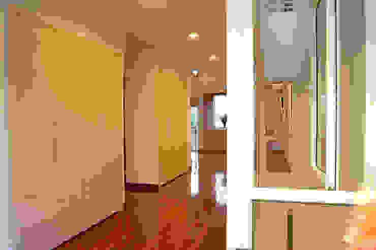 Hệ thống tủ kệ lớn được bài trí giữa nhà. Hành lang, sảnh & cầu thang phong cách châu Á bởi Công ty TNHH TK XD Song Phát Châu Á Đồng / Đồng / Đồng thau