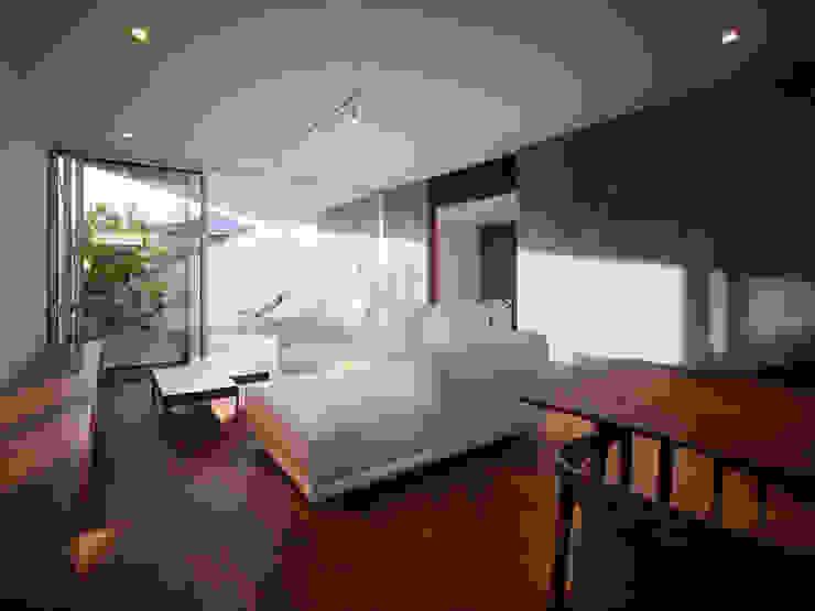 TY 光が降り注ぐテラスのある家 モダンデザインの リビング の 山縣洋建築設計事務所 モダン