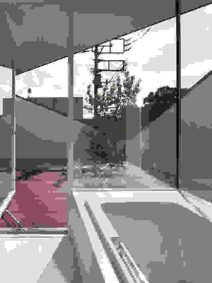 TY 光が降り注ぐテラスのある家 モダンスタイルの お風呂 の 山縣洋建築設計事務所 モダン